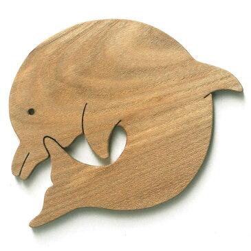 【送料無料・メール便】●ダンスをするイルカ 遊び心いっぱいの木のコースター 木のおもちゃ 実用的 おもしろ積み木 国産材 バリアフリー 木工職人手作り お使いもの 木育 家庭 おしゃれなカフェ ショップ 赤ちゃん おもちゃ