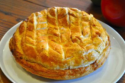 しっとりとした甘さのクレームダマンドとジューシーに煮られたりんごにシナモンの香りの組み合...