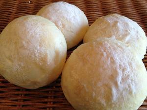 【白パン】ふわふわやわらかな食パン生地のロールパン