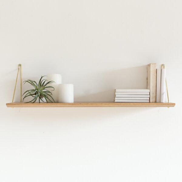 オーク材の棚板に真鍮の華奢なフレームを組み合わせた飾り棚です。木製品の温もりあるナチュラルな雰囲気はどんなお部屋にも取り入れやすくて馴染みます。