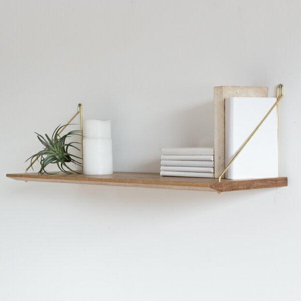 サイドのフレームは曲線を描くようにくるりと1本の棒を曲げて作られています。繊細ですっきりとした印象です。1段で使っても、2段で使ってもいいですね。壁には付属のビスで取り付けます。