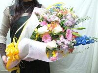 女性に花束を贈る