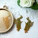 ハンドメイド Beads happybooで買える「チャーム・レジン封入パーツ・不思議の国のアリス・時計を持ったうさぎ・極薄(ゴールド)*」の画像です。価格は43円になります。
