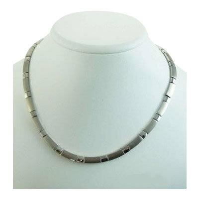 さりげない存在感と輝きを放つシンプルデザインのネックレス。