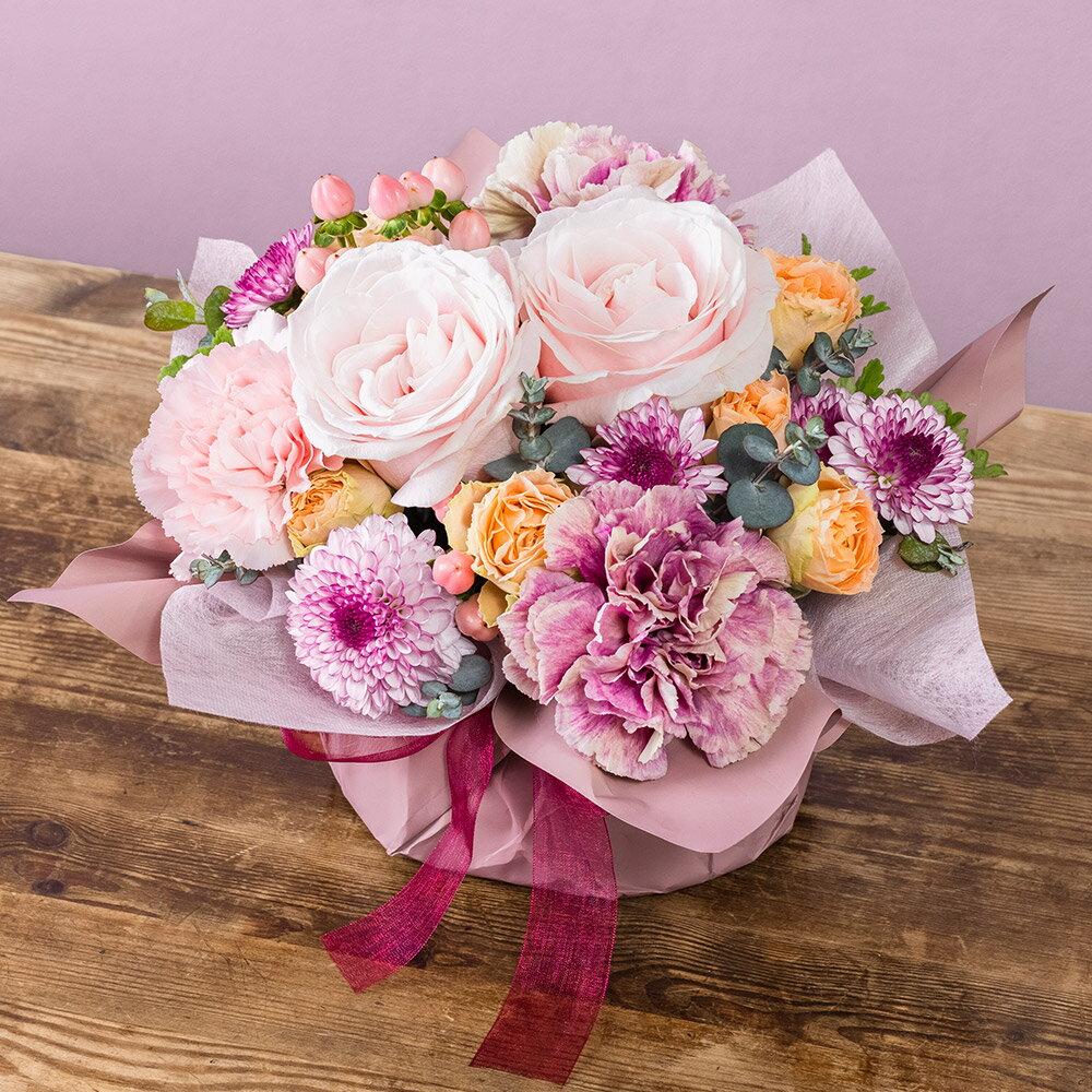 花束などのフラワーギフトで人気の「日比谷花壇」。 敬老の日用のフラワーアレンジメント商品が登場していますよ。  落ち着いた紫・ピンクを基調とした上品な色合いで、和室にも相性がいいですね。バラも、カーネーションも、両方使われています。  無料でメッセージカードをつけることができ、品質保証カード、お手入れのしおり付きです。請求書・領収書などの金額がわかるものは同梱されていないため、お相手にそのまま発送してもらってもいいですね。
