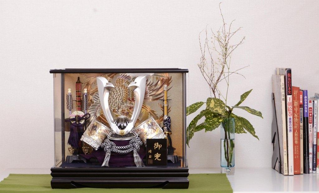 五月節句 男の子 ケース入兜飾り アクリル 彫金龍 靖玉作:人形の館石倉