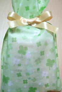 幸運を呼ぶ、四つ葉のクローバーの袋に入れてお届けします