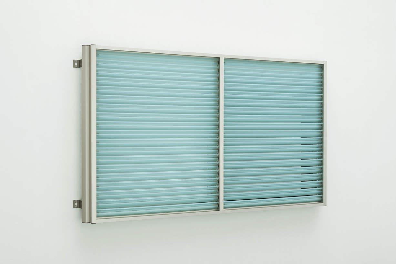 YKKAP窓まわり目隠し多機能ルーバー[ポリカルーバー]上下同時可動タイプ[引き違い窓用]たて隙間隠し付枠:[幅1690mm×高400mm]