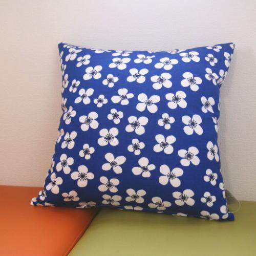 北欧雑貨 クッションカバー 45×45cm 正方形 綿(コットン) アルメダールス/アルメダール 『ベラミ』 ブルー 北欧の輸入生地を使った綿製のクッションカバー 青に白い花柄のレトロでかわいい生地を使用 北欧風のお部屋にピッタリ!の写真