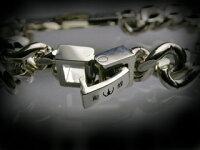 留め具は彫銀特性の中折れ式の金具