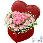 ピンクバラのハートボックスアレンジメント花キューピット