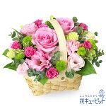 ピンクバラのウッドバスケットアレンジメント花キューピット