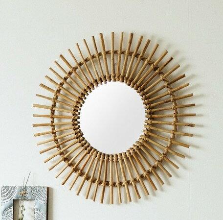 ラタンで編み込まれたお洒落で可愛いウォールミラー シャイニー ウォールミラー ienowa 鏡 ドレッサー ラタン編み インテリア 室内 リビング インド かわいい おしゃれ 装飾