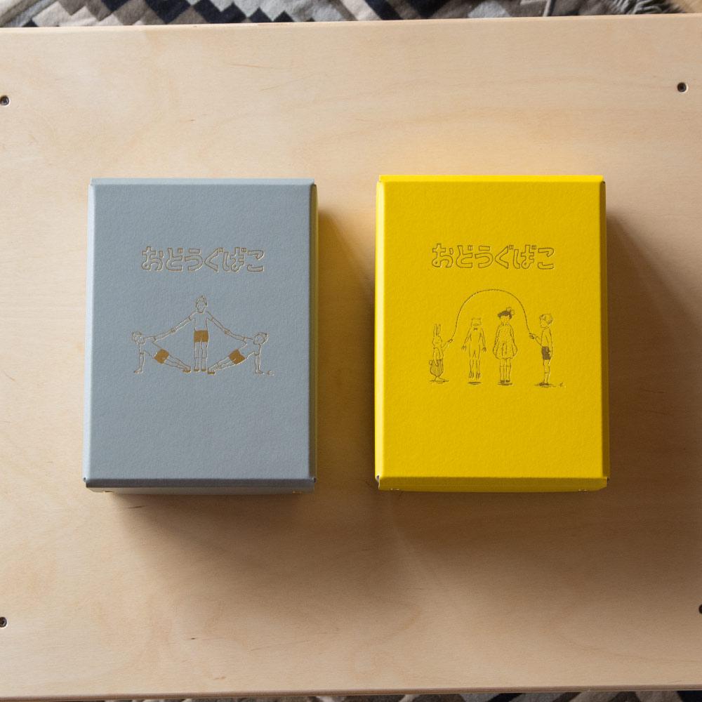 A5サイズとやや小さめで、文箱にはちょうどいい大きさ。シックな色合いはインテリアにもなじみやすく、色違いで重ねてもキマリます。