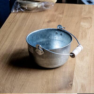 コロンとしたフォルムが愛おしい。今も大阪の下町工場で作られている松野家のトタン豆バケツ