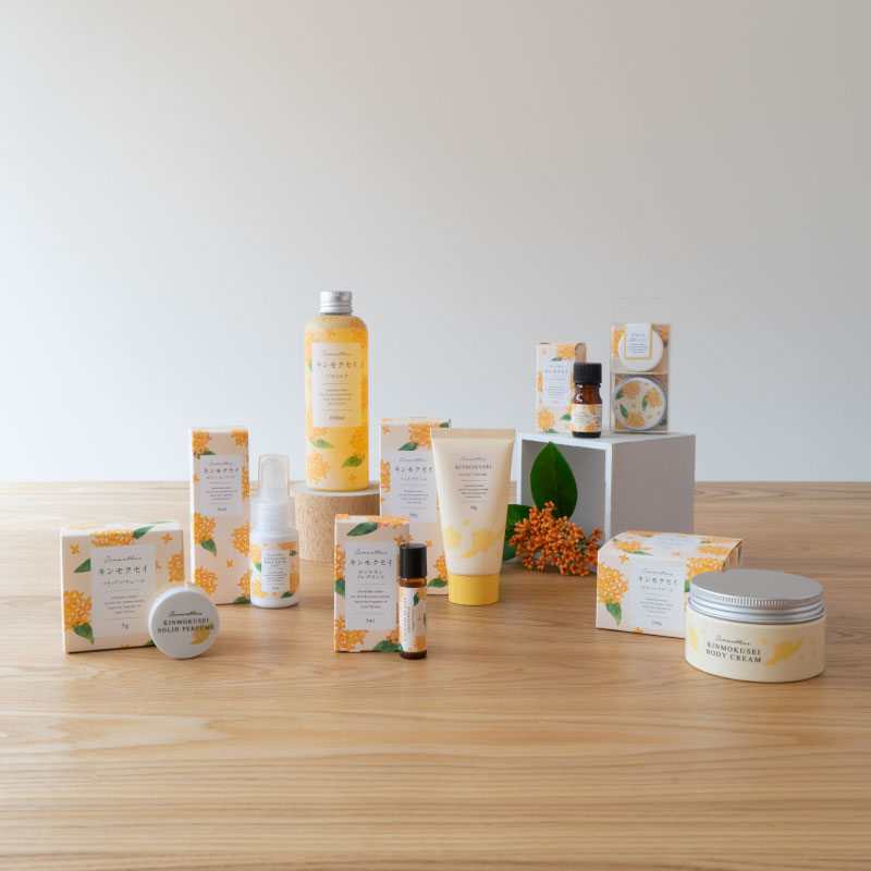 アロマオイルやディフューザーなど、アロマグッズなども人気の「生活の木」。「キンモクセイの香り」シリーズも定番人気商品。  こちらの商品をはじめ、ロールオンフレグランス、ボディー&ヘアミストなどのがラインナップしています。