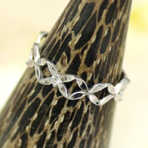 ホワイトゴールドピンキーリング真ん中にダイヤが1石ついていてダイヤ柄の模様がとても可愛らしいリング