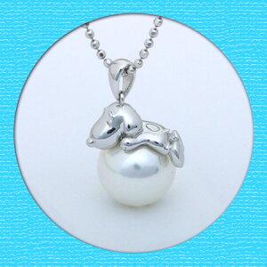 【ギフト】【送料無料】【SNOOPY】シルバー&シェルパール スヌーピーペンダント【あす楽対応_関...  真珠にねそべる姿がとってもキュート