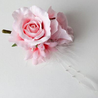 優しいピンクの薔薇に羽を組み合わせビーズをあしらいました。《コサージュ》 羽付き薔薇のコ...