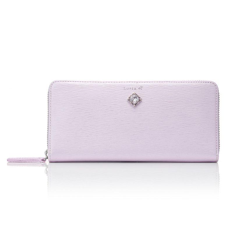 53ed4eb2f2c5 上品な質感の型押しを施した、エレガントな印象のラウンドファスナー型長財布。光沢感のある柔らかな色合いとジュエリッシュプレートのきらめきが、女性らしさを  ...