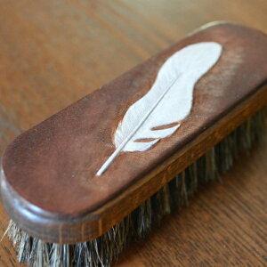 ミニブラシ 馬毛 イタリアンレザー 本革 羽根模様 フェザー カービング 靴用ブラシ デスク周りの掃除にも