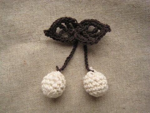 手編みのさくらんぼのモチーフ(クリームベージュ×こげ茶)
