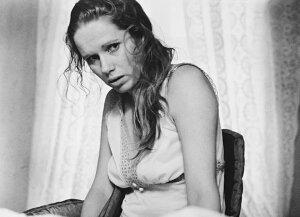 鏡の中の女 映画 リヴ・ウルマンの壁紙 輸入 カスタム壁紙 PHOTOWALL / Face to Face - Liv Ullmann (e317103) 貼ってはがせるフリース壁紙(不織布) 【海外取り寄せのため1カ月程度でお届け】 【代引き不可】
