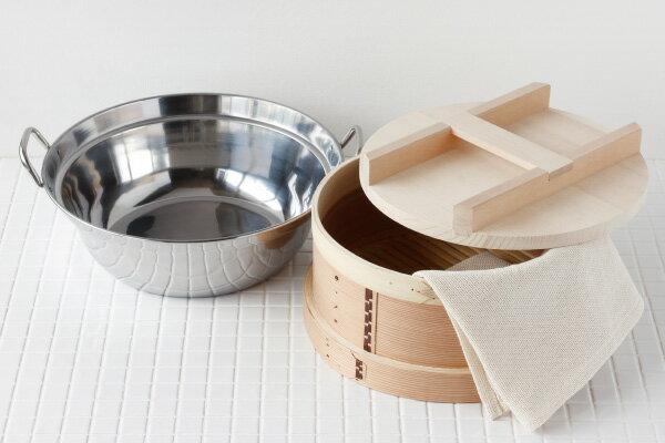 こちらは、和せいろとステンレス鍋、蒸し布のセット。内側にも竹を巻いて補強してあり、とても丈夫です。大きいサイズの30㎝なので、おもてなしの茶碗蒸しやお祝い事の赤飯・おこわ、お芋をどっさり蒸かしたいときにも便利です。