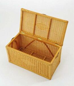 良質な籐丸芯を編み込んで作られたフレームに牛革の取っ手が素敵。フタ付バスケット(大)