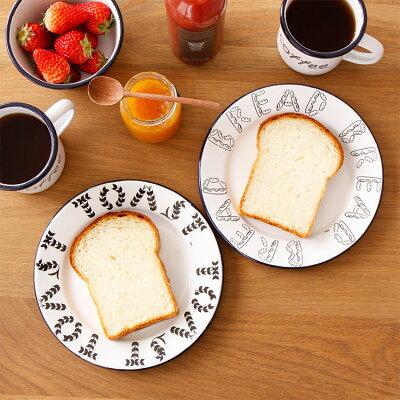 パンのお皿とトーストのお皿、そしてコーヒーのマグカップ。