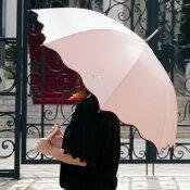 店長イチオシ!おしゃれな女性用雨傘〜縁の波ウェーブピコレースがとってもかわいいレディースブランド雨傘VOUScouturier(ヴィ・クチュリエ)☆手元の花刺繍もおしゃれな雨傘長です〜(ジャンプ傘)