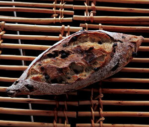 焼立て無添加パンバゲット・ミルティーユ焼きたて天然酵母パン(フランスパン・バゲット)バターをつけて