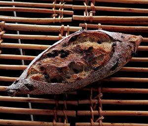 焼立て無添加パン バゲット・ミルティーユ 焼きたて天然酵母パン(フランスパン・バゲット)バターをつけて ハード系