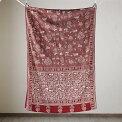 インドのストール・刺し子布・カンタ・シルク製/赤い地にアイボリーの刺繍・鳥と人と家と木・賑やかな村の景色IndianKANTHASilkStole