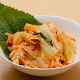 キャベツキムチ【200g】韓国語で「洋白菜(ヤンペチュ)」と呼ばれ、白菜同様にキムチにすると美味しい野菜です。 キャベツの葉のシャキッとした食感と、野菜の甘みが、薬念(ヤンニョン)の辛みと良く合います【冷蔵】