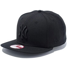 NEWERA(ニューエラ)より、同色でニューヨーク・ヤンキースのロゴを刺繍したソリッドカラーのスナップバックキャップ