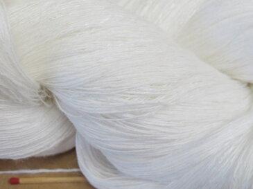 【麻レーヨンスラブ(白)】 ほんのりやさしい光沢のある変化糸。しなやかで爽やかな麻とレーヨンのコンビです。