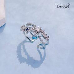 新作Terse サファイヤ色CZダイヤチャームがゆらゆら揺れて、輝きに動きのある可愛らしいリング  さりげない仕草でキラリと大きく印象つける、女性らしさをさりげなくアピールできるクロスフラワー開け口指輪 主張しすぎずに、さりげな プレゼント ジルコニアrs0249as