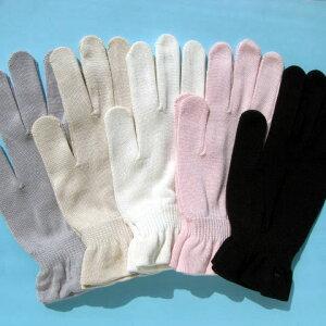 ゆったりサイズのシルク100%、着用感はさらりと、しかし強力に手肌を守ります。・天然のUVカッ...