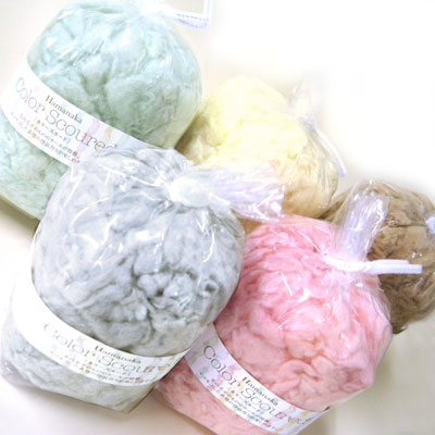 羊の毛そのもののカールが特徴。ハマナカ フェルト羊毛 カラースカード