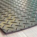 【縞板模様】てっぱんゴムシート 厚さ3mm×幅1M×長さ3.1M 黒 見た目が鉄板 工事現場でおなじみの縞板模様入り 見慣れた縞板模様が工事現場の安全対策を強調 滑り止めの注意喚起