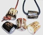 新製品。水牛皮付き紐止メ。茶(写真下段中央)。