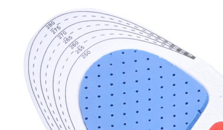 多くのインソールが、つま先のほうをハサミでカットしてサイズ調整できる仕様を採用しています。
