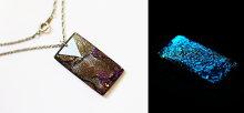 アンティークシルバー色の縄目チェーン付き。美しい蓄光の光をお楽しみいただけます。