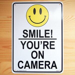 看板/プラスチックサインボード カメラがあるので笑顔で(万引き監視中) Smile! You're on Camera CA-51 *DM便(旧メール便)不可 木製 ガレージ 庭 メッセージ 什器 店舗什器 アメリカ雑貨 アンティーク ボード ロード アメリカ