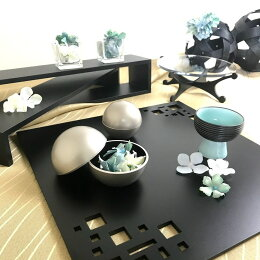 スクエアマット ブラック 折敷 ランチョンマット木製。四角い抜き模様からテーブルクロスの色を楽しめます。テーブルコーディネートに大活躍するテーブルウェア・おもてなしアイテム。日本製
