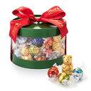 昨年大人気で即完売となりましたクリスマス限定リンドールボックスです。 リンツのクリスマスのシンボルであるミニリンツテディと冬季限定リンドールスノーマンなど、10種50個のチョコレートを詰め合わせたクリスマス限定ギフトボックス。たっぷりとお召し上がりいただけるギフトボックスは、ご家族への贈り物におすすめです。 Christmas LINDOR Gift Box 50pcs 【内容量】50個 【内容】ミニリンツテディ10g5個、リンドール(スノーマン5個、ミルク5個、ダーク5個、ヘーゼルナッツ5個、60%カカオ5個、キャラメル5個、ストロベリー&クリーム5個、オレンジ5個、抹茶5個 【パッケージサイズ】直径約15x高さ11cm 【原産国】イタリア、スイス、アメリカ、ドイツ 【原材料名】砂糖、植物油脂、ココアバター、カカオマス、全粉乳、乳糖、脱脂粉乳、バターオイル、ヘーゼルナッツ、キャラメル、麦芽エキス、乳加工品、抹茶パウダー、ストロベリーパウダー、オレンジ精油、塩、バニラビーンズ/植物レシチン、香料、着色料(赤ビート色素) (一部に乳製品を含む) 【アレルギー】アーモンドを使用した設備で製造しています。 ※賞味期限:2021年4月30日