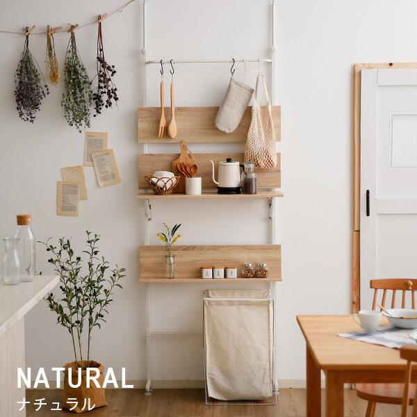 ナチュラルな木目がキッチンやテーブルとの相性が良さそうなつっぱりラックです。つっぱり棒は粉体塗装のスチール、棚板はメラミン化粧板でできています。奥行きが20cmほどとスリムなので、棚が起きづらい場所にも設置できます。