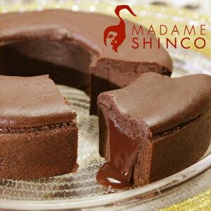 チョコバウムの中に、チョコレートを閉じ込め半熟チョコスフレの生地を絞りオーブンで焼きあげ...
