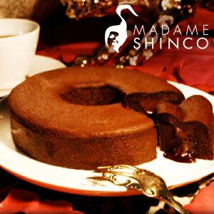 チョコバウムの中にに、チョコレートを閉じ込め半熟チョコスフレの生地を絞りオーブンで焼きあ...